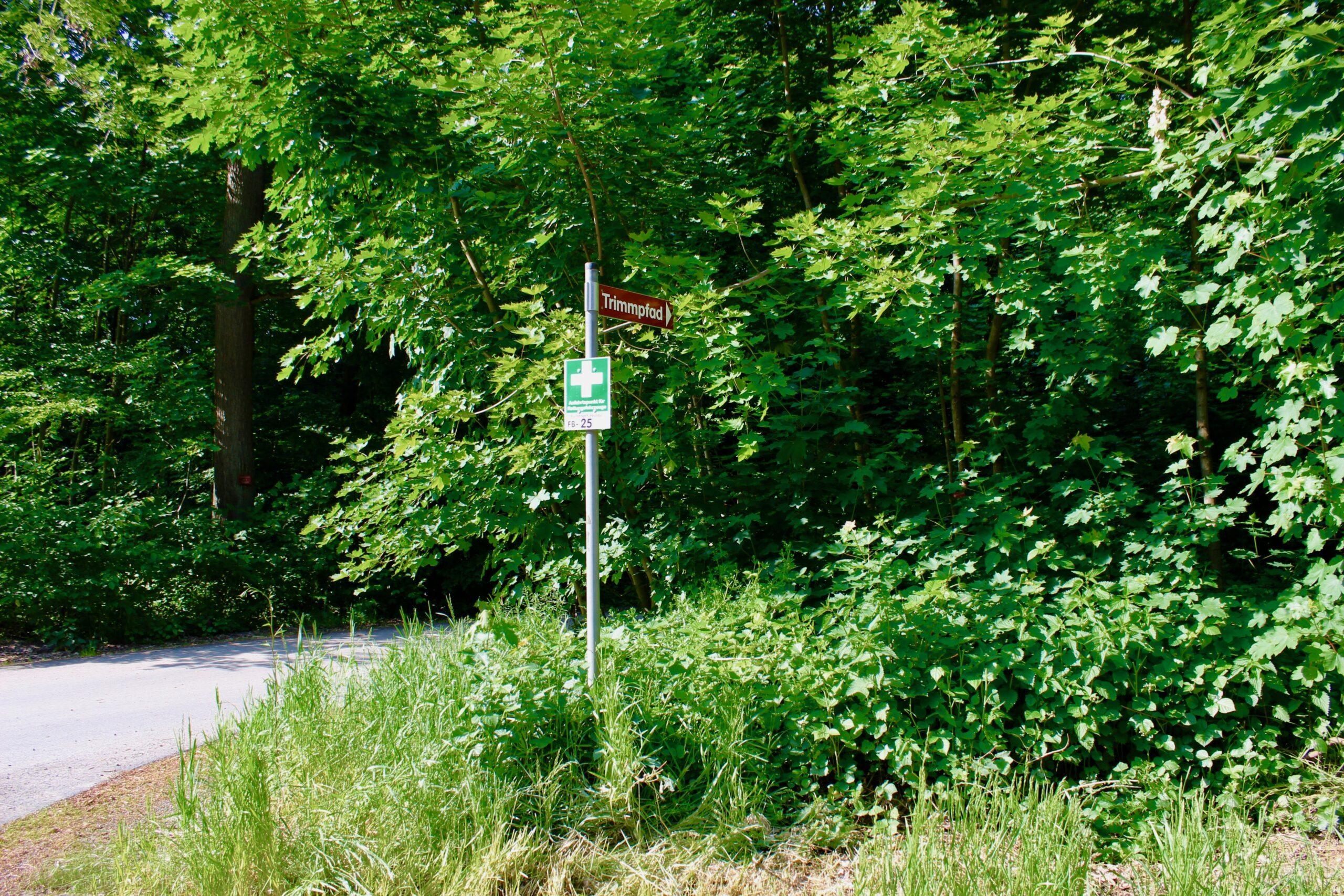 Rettungspunkt FB-25 im Groß-Karbener Wald am Parkplatz des Trimmpfades
