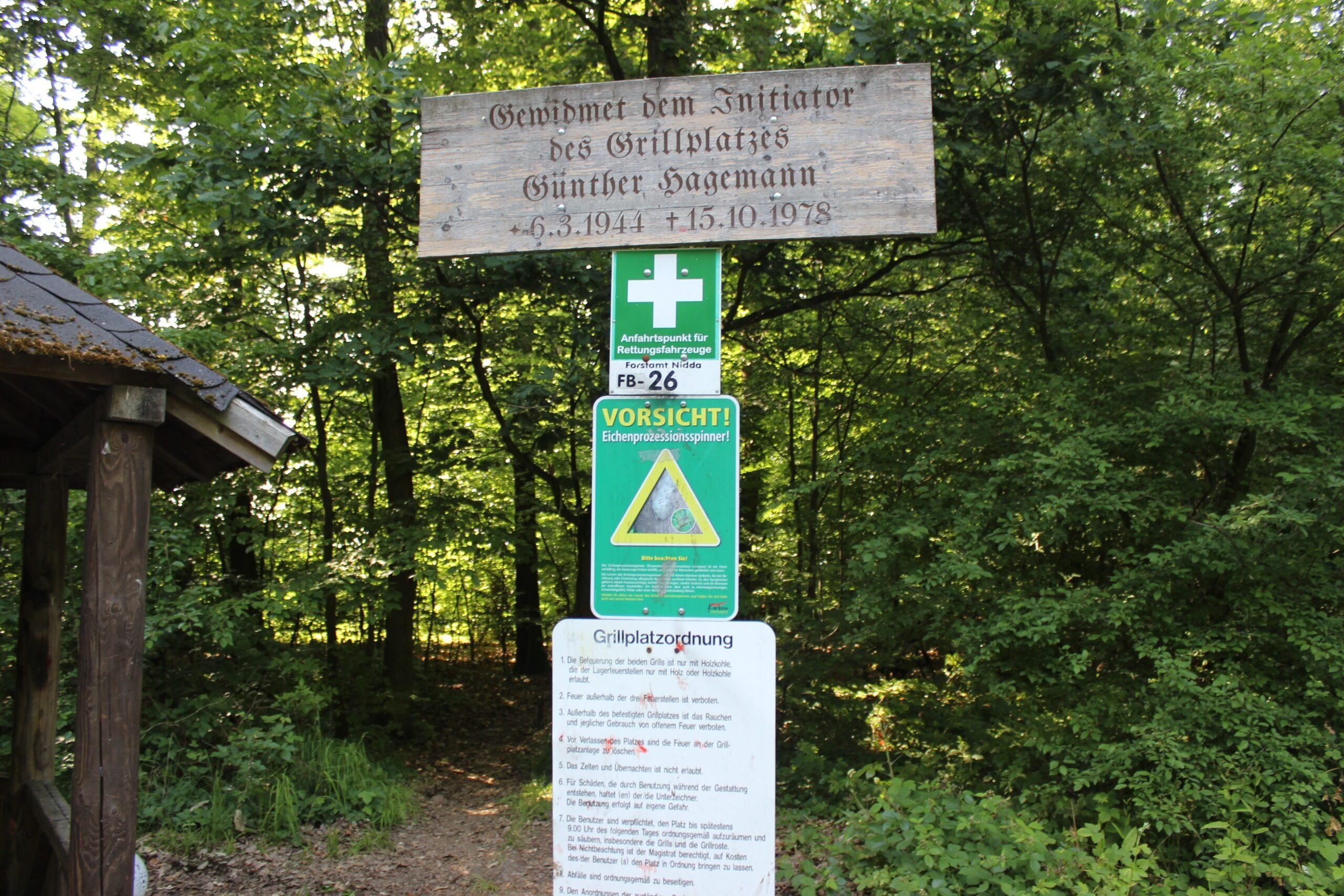 Rettungspunkt FB-26 im Klein-Karbener Wald am Grillplatz